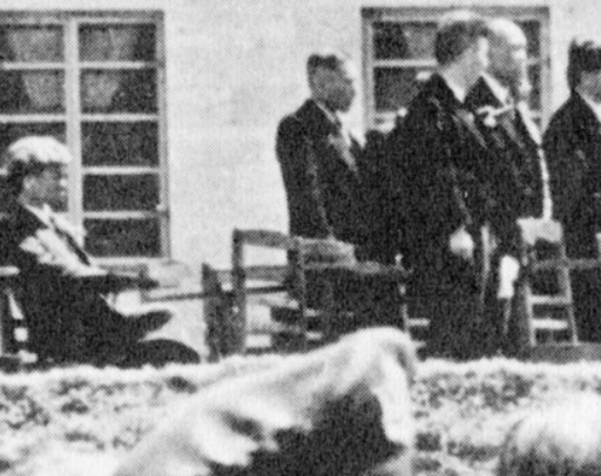 写真・図版 : 米軍統治下の1952年、沖縄戦で焼失した首里城跡地での「琉球政府」創立式典で、起立せずに米政府への宣誓を拒んだ瀬長=「不屈館」提供
