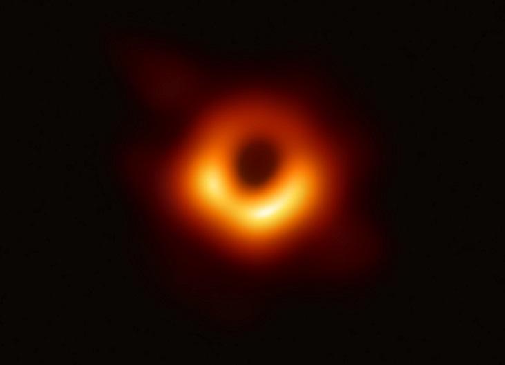 写真・図版 : M87銀河のブラックホールの画像。黒い穴の部分がブラックホール©EHT collaboration