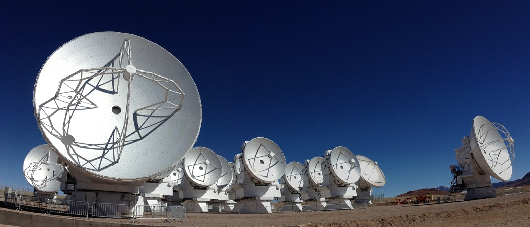 写真・図版 : チリの高地にあるアルマ望遠鏡=国立天文台提供