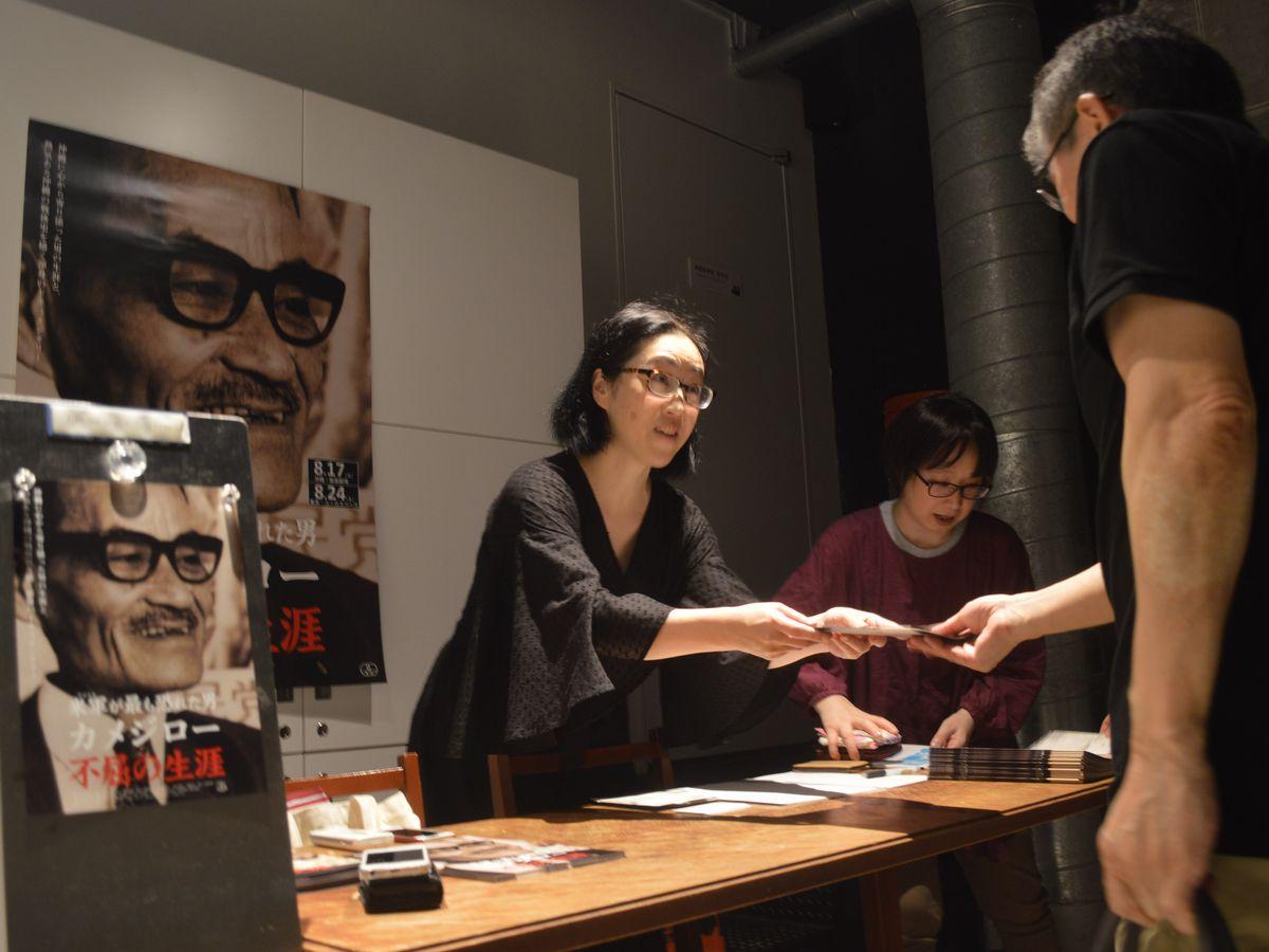 写真・図版 : 6月下旬、東京・渋谷での「カメジロー 不屈の生涯」の試写会=藤田撮影