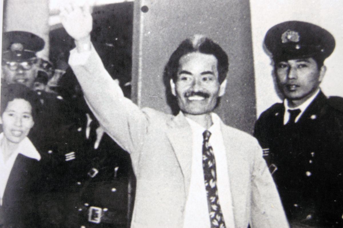 写真・図版 : 1956年4月、沖縄刑務所を出る瀬長=内村千尋さん提供
