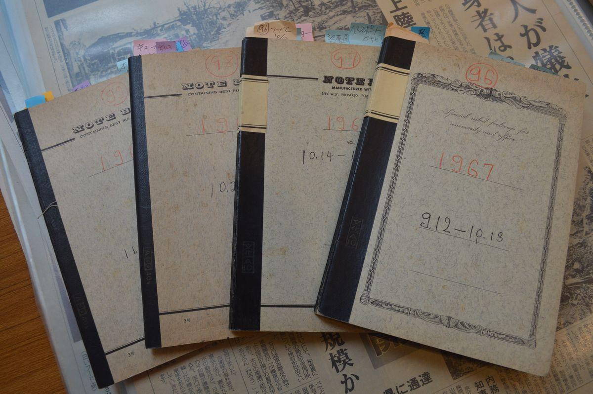 写真・図版 : 瀬長の1967年9~11月の日記。この期間だけで4冊あり、表紙上に96~99と通し番号が書かれている=那覇市にある瀬長の資料館「不屈館」で。藤田撮影