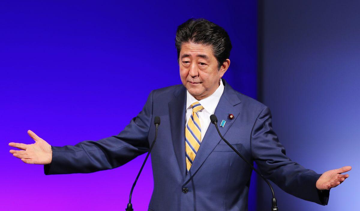 写真・図版 : 2月の自民党大会で総裁として演説する安倍晋三首相=東京・高輪。朝日新聞社