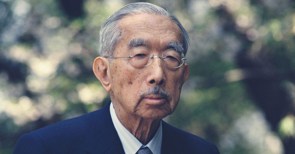 写真・図版 : 87歳の誕生日を前に皇居を散策する昭和天皇=1988年4月。朝日新聞社
