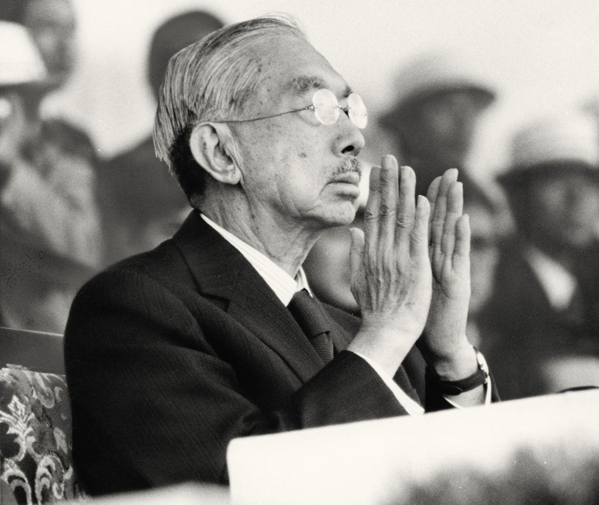 写真・図版 : 1979年10月、第34回国民体育大会の開会式で拍手する昭和天皇=宮崎市。朝日新聞社