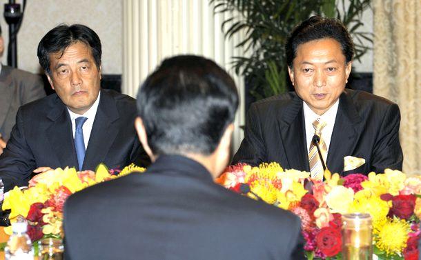 写真・図版 : 日中首脳会談で中国の胡錦濤国家主席(手前)と話す鳩山首相。左は岡田外相=21日、米・ニューヨーク