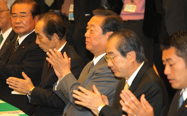 写真・図版 : 各種要望に対する政府と民主党との交換会で鳩山由紀夫首相のあいさつに拍手を送る民主党・小沢一郎幹事長=2009年12月16日、首相官邸