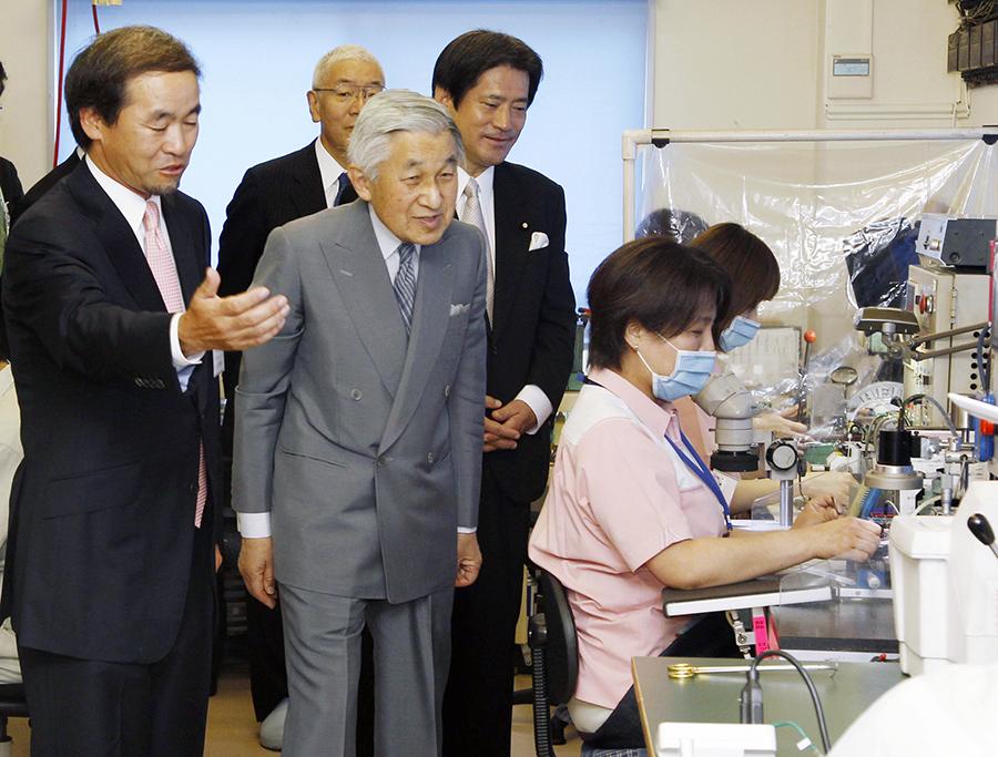 写真・図版 : 千葉県市川市の河野製作所で、針の製造工程を視察する天皇陛下=2010年6月18日