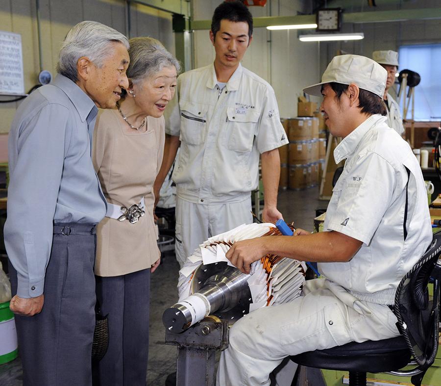 写真・図版 : 東日本大震災で被災し、千葉県東金市に移転したワインデング福島を訪問する天皇陛下=2011年9月27日