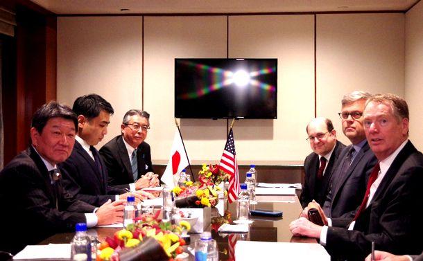 写真・図版 : 日米閣僚級による通商協議に臨む茂木敏充経済再生相(左)とライトハイザー米通商代表部代表(右)=2018年9月26日、米ニューヨーク