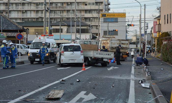 写真・図版 : 「ながら運転」のトラックにはねられ、母親が死亡し幼い子どもが負傷した事故現場=埼玉県草加市