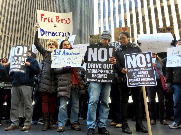 写真・図版 : 報道の自由を訴え、トランプ米政権に抗議する人たち=2017年2月、ニューヨーク