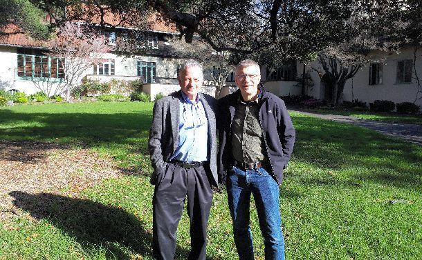 写真・図版 : ローウェル・バーグマン(左)とジョン・テンプル=カリフォルニア大学バークレー校