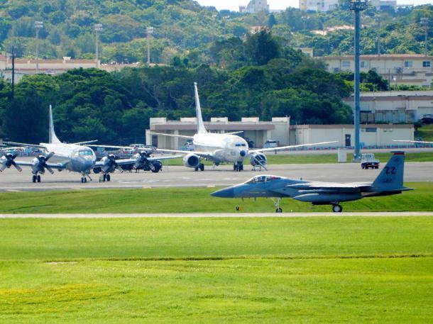 写真・図版 : 戦闘機や哨戒機が次々と離着陸する米軍嘉手納基地=2018年9月、沖縄県嘉手納町