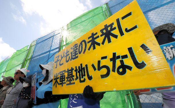 写真・図版 : 沖縄県知事選告示日の朝、米軍キャンプ・シュワブのゲート前では強い日差しの下、基地移設反対の座り込みが続いていた=2018年9月、沖縄県名護市