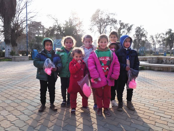 写真・図版 : 夕刻、ラッカ中心街の公園に集まってきた子どもたち