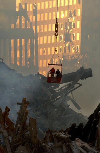同時多発テロでがれきになった世界貿易センターとその周辺では、今なお行方不明者の捜索が行われている=2001年9月16日、ニューヨーク