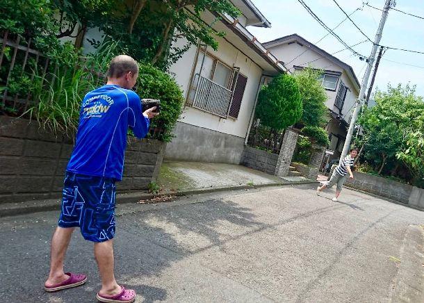写真・図版 : 湘南の友人宅前で、小学校時代の野球仲間と40年ぶりのキャッチボール。相手の親友「いちょた」は自分を野球人生に導いてくれた恩人だ。
