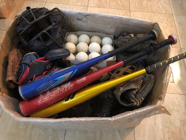 写真・図版 : 箱いっぱいに入った野球道具。