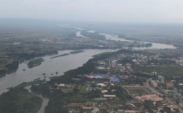 写真・図版 : 海がない南スーダンのサバンナを蛇行するナイル川