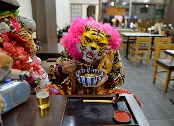 蕎麦を食べる「新宿タイガー」。冬は温かい蕎麦を選ぶ=25日午後8時11分、東京都新宿区