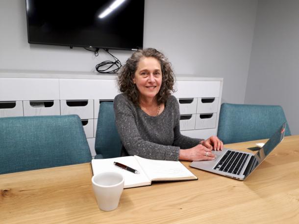 写真・図版 : ニュースの読み手にとって参考となるような八つの指針を策定した「信頼」構築プロジェクトに取り組むサリー・ラーマン=サンフランシスコ