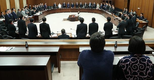 写真・図版 : アイヌ新法案を可決した衆議院国土交通委員会。傍聴席にはアイヌの民族衣装姿も=2019年4月10日