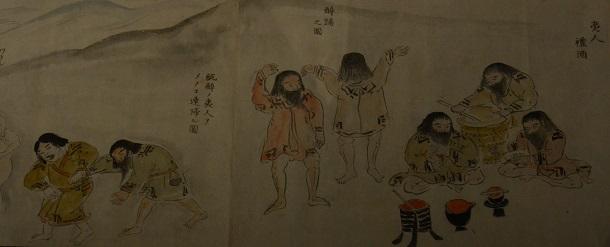 写真・図版 : カムイノミ(カムイ=神に祈りを捧げる儀式)や泥酔した男性を連れ帰る女性などを描いた絵巻物=北海道立文学館所蔵の舟山広治コレクション