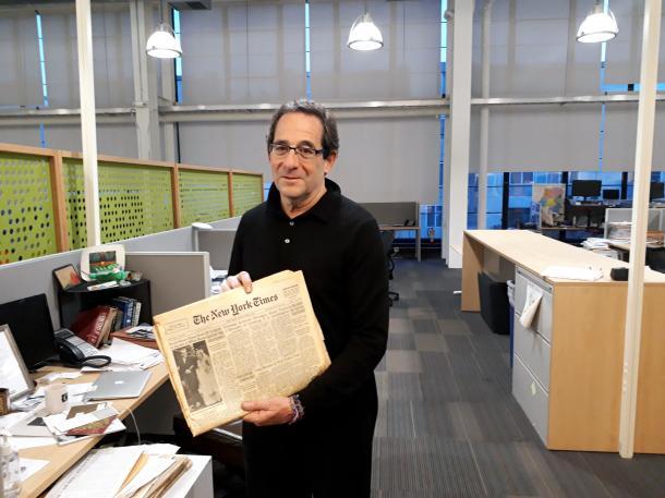 「調査報道センター」のエグゼクティブ・ディレクター、ロバート・ロゼンタール。手に持っているのは「ペンタゴン・ペーパーズ」をスクープした1971年6月13日付の「ニューヨーク・タイムズ」の紙面=米国カリフォルニア州エメリービルの「調査報道センター」