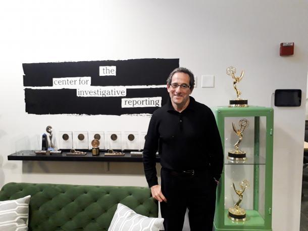 写真・図版 : 「調査報道センター」のエグゼクティブ・ディレクター、ロバート・ロゼンタール=米国カリフォルニア州エメリービル