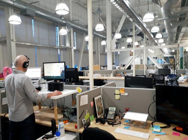 写真・図版 : 米国のNPOメディア「調査報道センター」の内部。ラジオ番組を作成したり、映像や演劇、アニメを作るための打ち合わせをしたりと「マルチなプラットフォーム」を使って多面展開している=米国カリフォルニア州エメリービル