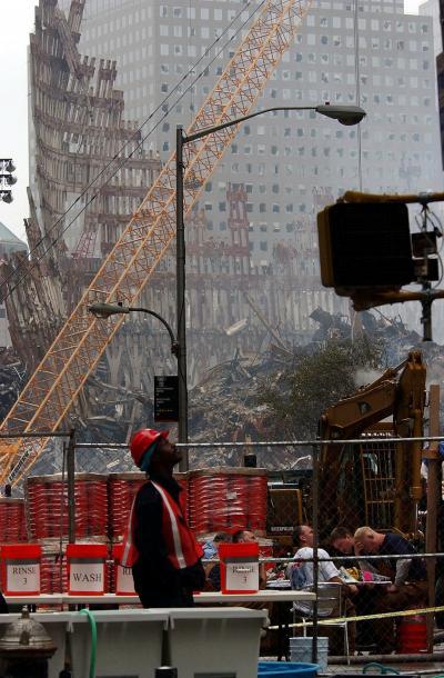 写真・図版 : 米同時多発テロ事件以来、2度目の週末を迎えた現場では、がれきを取り除く作業が続いていた=2001年9月22日、ニューヨーク