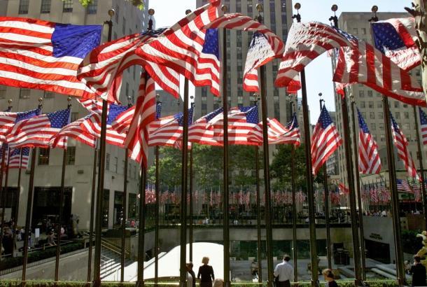 写真・図版 : 星条旗で埋め尽くされたニューヨークのロックフェラーセンター=2001年10月