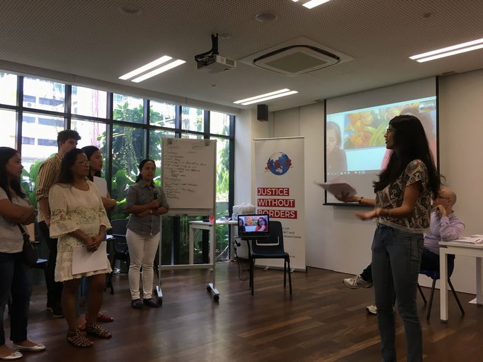 写真・図版 : 2019年3月、シンガポールでのフィリピン人メイドら向けワークショップ。右はShaliniさん(JWB提供)