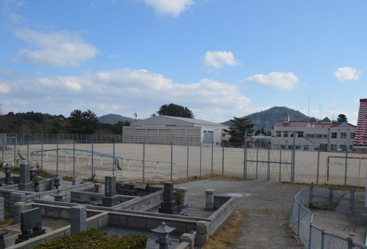 写真・図版 : 島根県隠岐の島町の西郷小学校がある高台。約150年前の隠岐騒動で島民らが結集した=2月2日、同町西町。藤田撮影