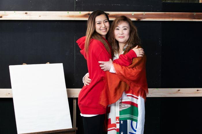 写真・図版 : 青野紗穂(左)と石丸さち子=岩田えり撮影