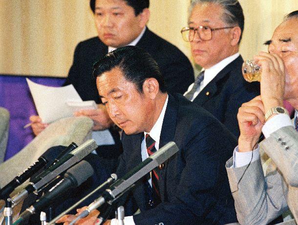 写真・図版 : 1989年参院選。自民党の大敗に厳しい表情を見せる自民党の橋本龍太郎幹事長(中央)。非改選議席と合わせても参院の過半数を大きく割り込み、与野党の議席が逆転した=1989年7月23日