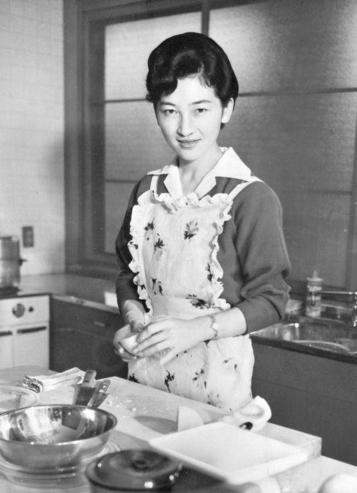 写真・図版 : 台所に立つ現皇后=1961年10月、東宮御所