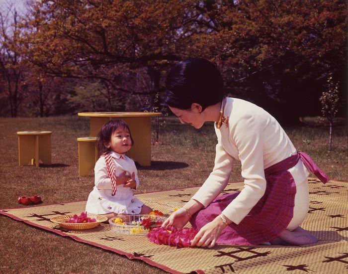 写真・図版 : 3歳の黒田清子さんと現皇后=1972年4月、東宮御所