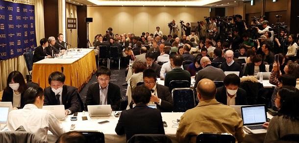 写真・図版 : 弘中惇一郎弁護士(壇上中央)の記者会見には、国内外から大勢の報道陣が集まった=2019年4月4日