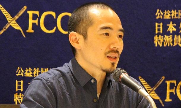 写真・図版 : 映画『主戦場』のミキ・デザキ監督