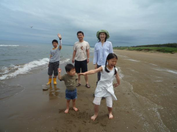写真・図版 : 家族とドライブしたり、くつろぐ時間があったりした石川県庁出向時代の休日の一コマ=2010年6月27日撮影、三宅邦明さん提供