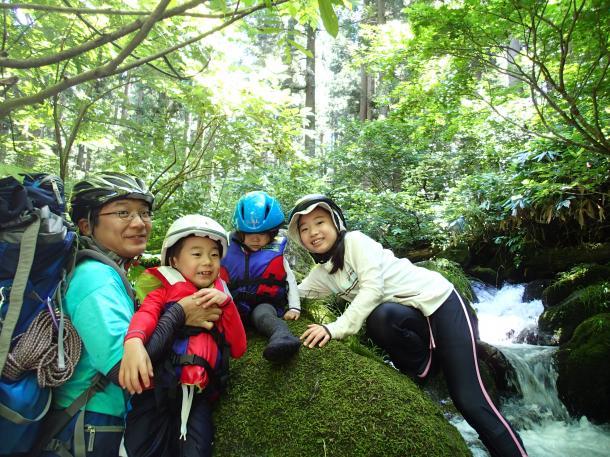 写真・図版 : 厚労省に戻って東京での生活になっても、きれいな自然を求めて夏は川を家族で遡上した楽しんだ=2013年8月12日撮影、三宅邦明さん提供