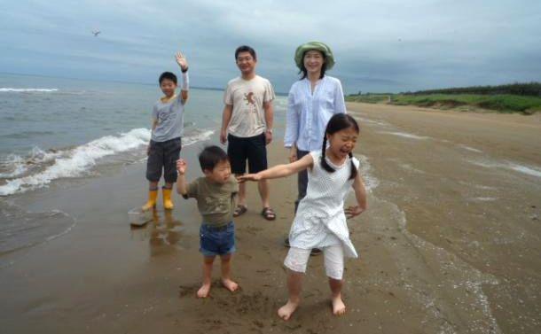 写真・図版 : 家族とドライブしたり、くつろぐ時間があった石川県庁出向時代の休日の一コマ=2010年6月27日撮影、三宅邦明さん提供