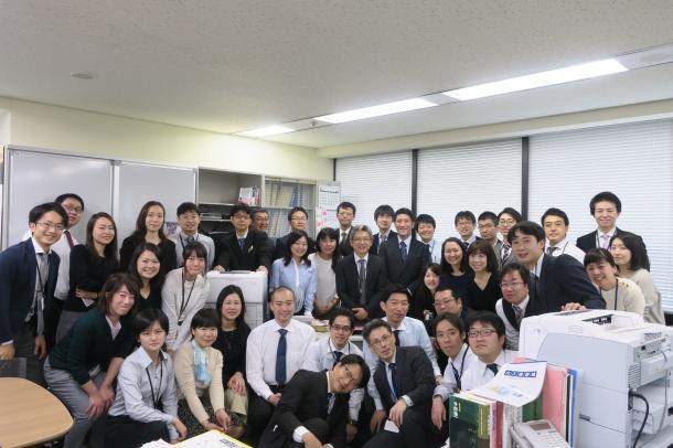 写真・図版 : 厚労省では最後の職場になった結核感染症課の職員と一緒に記念撮影=三宅邦明さん提供