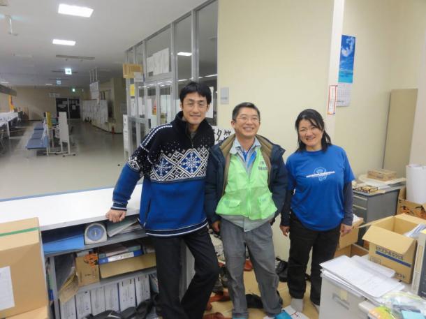 写真・図版 : 東日本大震災の医療・保健支援で、石川県からの支援として宮城県石巻市に入る。厚労省で新型インフルエンザ発生の際に一緒に頑張った仲間とも再会した=2011年4月15日撮影、三宅邦明さん提供