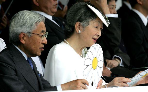 写真・図版 : 兵庫国体の開会式で「翼をください」を口ずさむ天皇・皇后両陛下=2006年9月30日