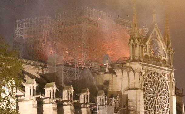 4時間以上たっても燃え続けるノートルダム大聖堂