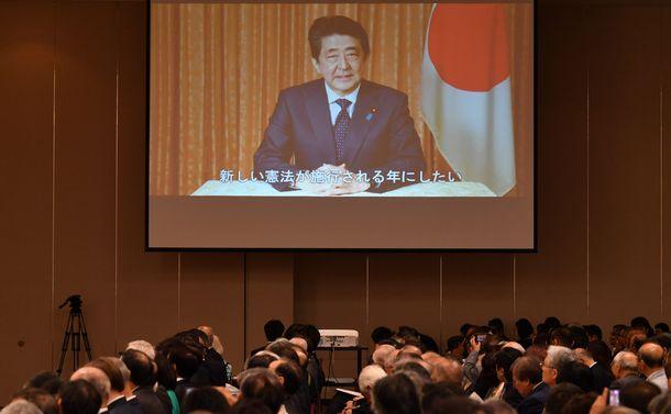 「公開憲法フォーラム」の会場で公開された安倍晋三首相のビデオメッセージ。9条改正に意欲を示すとともに、2020年の改正憲法をめざす気持ちは変わらないと述べた=2019年5月3日、東京都千代田区平河町
