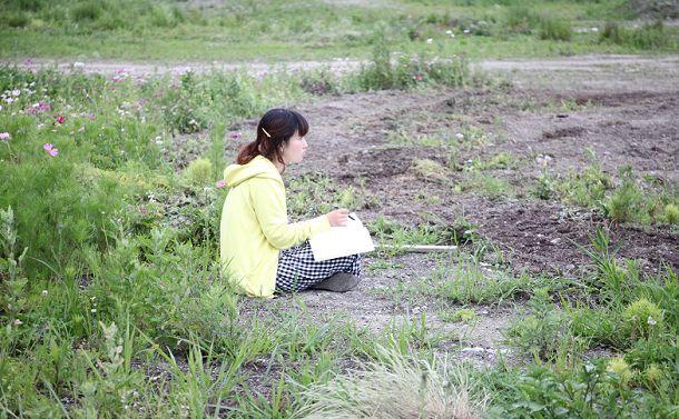 スケッチをする瀬尾夏美さん